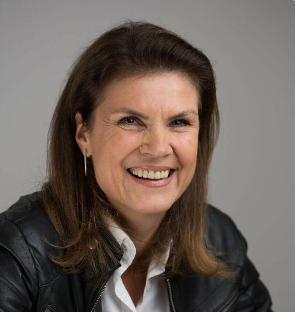 Dr. Lisa Tomaschek-Habrina lacht.
