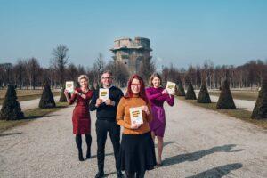 Vier Experten vor einem Turm mit dem Buch Lernen aus der Krise